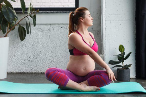 マタニティヨガをする妊婦