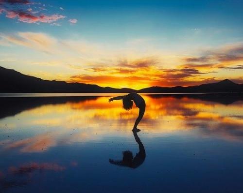 湖でヨガをする女性