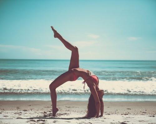 ビーチでヨガをする女性