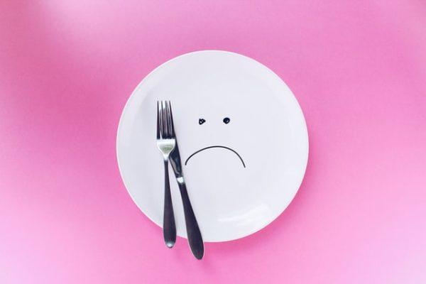 白いお皿とフォーク