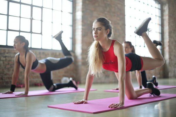 ヒップアップトレーニングをする2人の女性