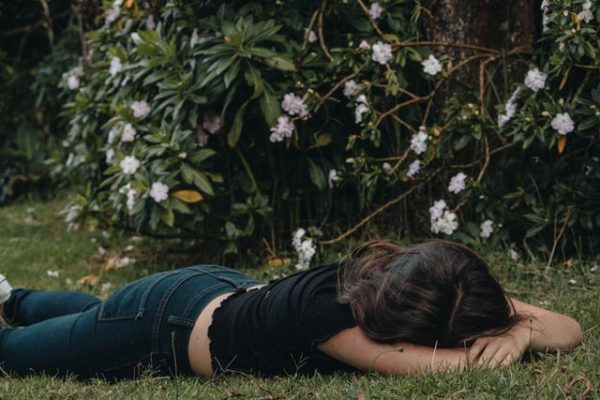 地面に横たわる女性