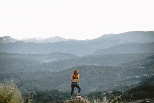 山を前にする女性